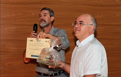 Zanotto honors researchers in the 40th anniversary of the Laboratory of Vitreous Materious at UFSCar.